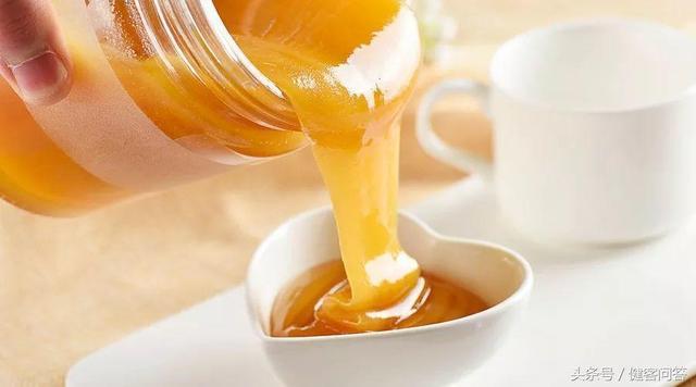 半杯冷水就能鑑別蜂蜜的真假!蜂蜜的鑑別、保存方法都在這裡 - 每日頭條