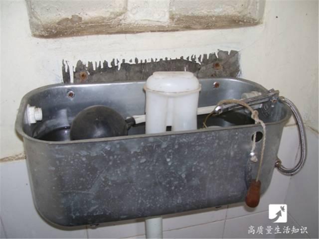 抽水馬桶上這兩個沖水按鈕,95%的人都按錯了! - 每日頭條