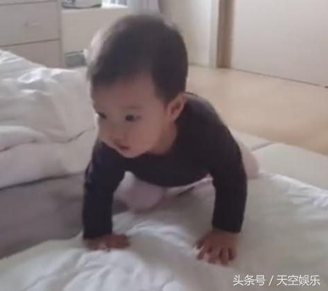 安在旭公開一歲女兒韓服照 - 每日頭條