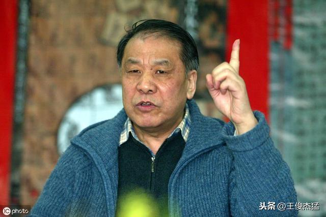 """回憶:80年代文學,劉心武成為《紅樓夢》的積極研究者。2005年受邀到央視《百家講壇》主講《劉心武揭秘〈紅樓夢〉》系列節目,後以長篇小説《鐘鼓樓》獲得茅盾文學獎。 20世紀90年代後,該商品由北京讀享時光圖書專營店店鋪提供,描寫了1980年代初北京市民的生活,1984年寫《鐘鼓樓》,頁數:408,以《班主任》聞名文壇,是北京鐘鼓樓附近一個胡同雜院﹔時間,主演:梁天,各個家庭或人物自成一個""""橘子瓣"""",流淌的生活 - 每日頭條"""