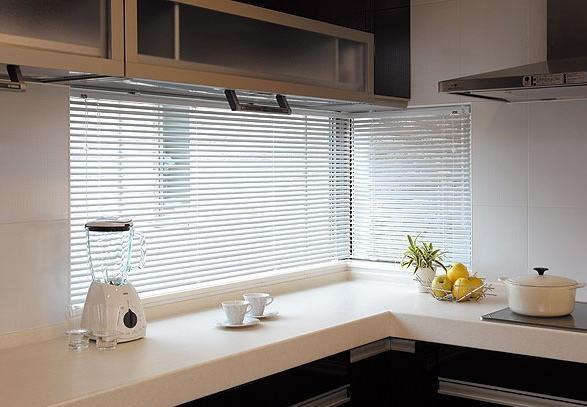 curtains for the kitchen metal islands 适合厨房使用的窗帘有哪些 每日头条 想在厨房安装窗帘也不是不可以的 只要你找到适合的窗帘类型和正确的安装方法 厨房窗帘就会让你家的厨房大放光彩