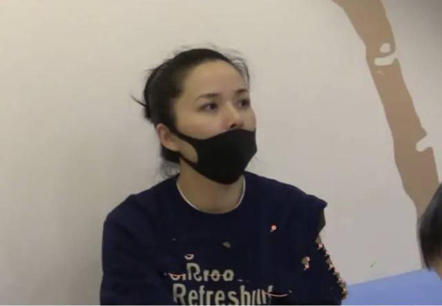 靳東妻子罕見露面。曾與趙薇是同學。43歲影后成家庭主婦 - 每日頭條