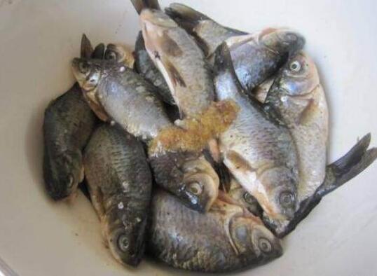 這樣做香酥鯽魚。骨酥肉香。魚刺軟化。吃了還可以補鈣 - 每日頭條