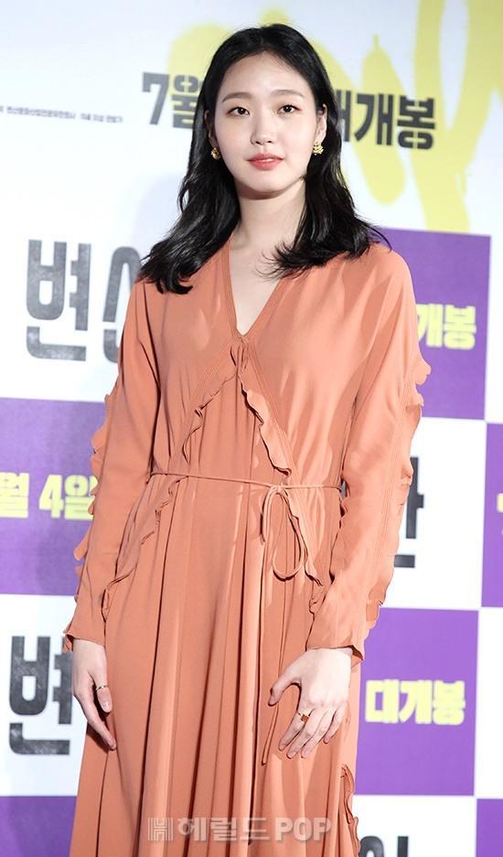 韓國演員金高銀出席新電影發布會!網友:身材高挑,顏值還行! - 每日頭條