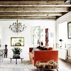 Coastal Kitchen Rugs White Wall Cabinets 質樸的元素和北歐風格融為一體 每日頭條 大膽的橙色沙發和毛皮地毯在這裡發揮同樣的作用 用餐空間由一個大理石餐桌和黑色皮椅組成 廚房顯示深色的木製櫥櫃 並在上方開放貨架 廚房島是不鏽鋼 它兼作空間