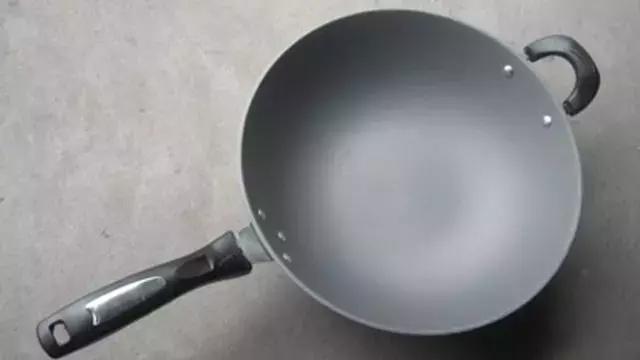 鐵鍋生鏽了怎麼辦?只需倒點它,輕鬆去除銹跡,鐵鍋長久不生鏽 - 每日頭條
