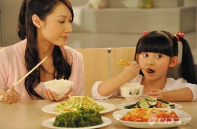 孩子吃飯不專心太慢:這樣做讓孩子喜歡吃飯 - 每日頭條