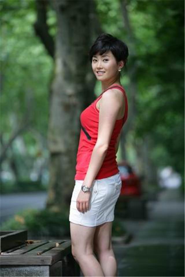 浙江衛視主持梁薇,因高強度工作28歲猝死上海,為媒體人敲響警鐘 - 每日頭條
