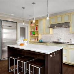 Hickory Kitchen Island Navy Cabinets 现代厨房设计趋势之双色橱柜 每日头条 这里有两种不同颜色的现代厨房内饰的美丽例子 现代粉彩 黑色 白色 一种颜色的两种色调 与木材的组合为现代家庭提供了许多厨房设计 颜色为混合和匹配的厨房设计