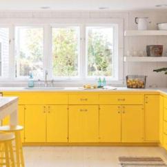 Kitchen Counter Stools Remodeling Kitchens 没想到家装也可以这么黄 每日头条 现代农家厨房 大胆的黄色 白色大理石柜台和黄色凳子看起来充满阳光