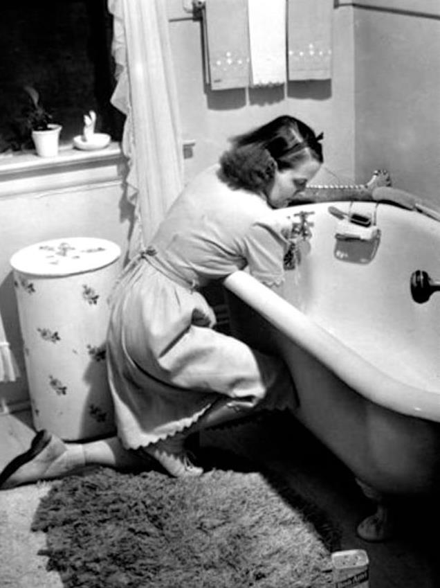 1950s kitchen table green appliances 1950年代的美国家庭主妇 不仅会做家务 而且穿着前卫 每日头条 正在厨房里打鸡蛋