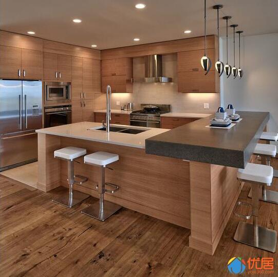 gray kitchen island lighting fixtures for low ceilings 看看别人家的厨房 你家那个只能叫灶台 每日头条 厨房里有一个极好的工作三角形 大多数的橱柜抽屉 为烹饪提供方便 暗灰色的厨房岛与金星石英岩瀑布形成一个干净利落的厨房