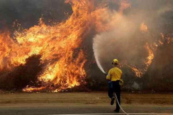 天災!洛杉磯史上最強大火持續肆虐!數百民眾撤離 - 每日頭條