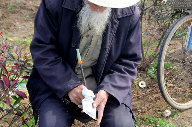 大爺玩菸斗半輩子。裝菸絲一把好手。為了生意興隆訣竅不外傳 - 每日頭條