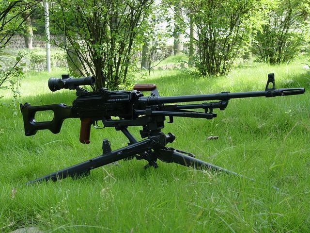 輕機槍是相對於重機槍,通用機槍較輕的的一種機槍。 - 每日頭條