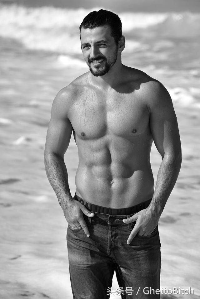 阿布達比海灘上的性感男模 - 每日頭條