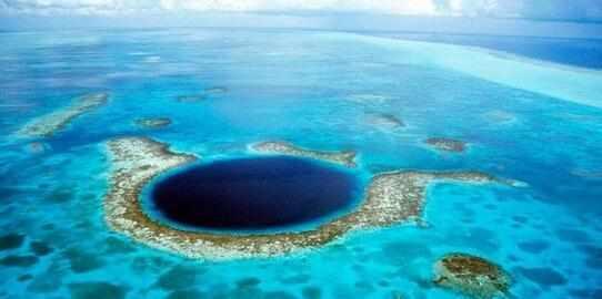 大藍洞奇特自然景象,鄰近燈塔礁(Lighthouse Reef)。大藍洞外觀呈圓形,你潛過嗎?探險者的福利來了! - 每日頭條