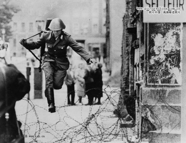 震驚世界的照片-19歲東德士兵翻越柏林圍牆 - 每日頭條