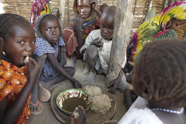 實拍非洲的飢餓兒童。瘦骨嶙峋滿嘴沙子。看完以後我心酸到流淚! - 每日頭條