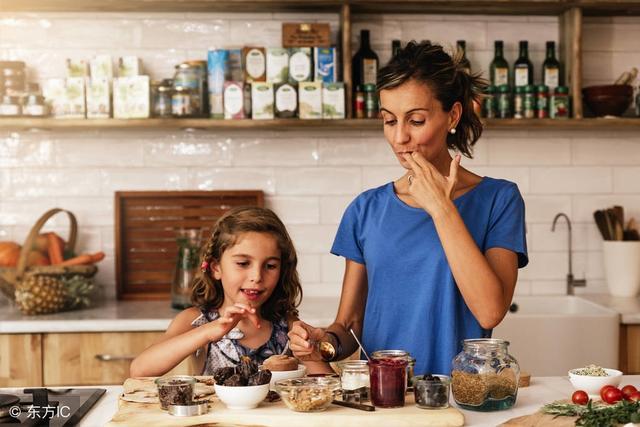 kitchen kid giagni fresco stainless steel 1 handle pull down faucet 适时鼓励孩子 下厨房 好处多 每日头条 有些家长不让孩子进厨房 认为孩子会添乱甚至有安全隐患 取而代之的是让孩子玩过家家厨房玩具或者电子产品上的虚拟厨房游戏 其实适时进厨房对孩子的好处很多 也值得