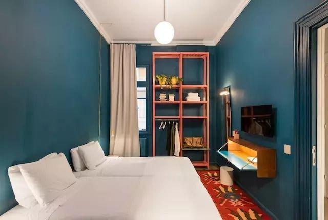 coral kitchen decor ikea countertop installation 2019年度颜色活力珊瑚色 用到室内设计中有点惊艳 每日头条 除了大面积使用 在其他碧蓝或淡绿色的空间 珊瑚色也作为装饰元素出现在了蓝 绿空间中 如房间里的置物架 书桌 厨房的小吊灯等 以这种方式让三种颜色构成了有机