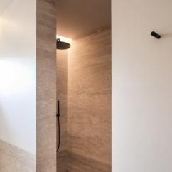 Travertine Kitchen Backsplash Sweepstakes 70年代传统厨房浴室大改造 极简主义者的最爱 每日头条 建筑师们在隔壁的房间里增加了淋浴 也有石灰岩