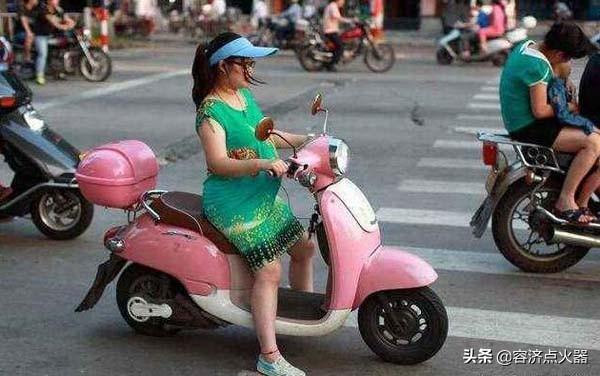 明知道孕婦騎摩托車很危害。這兩位女騎士就是不聽話! - 每日頭條
