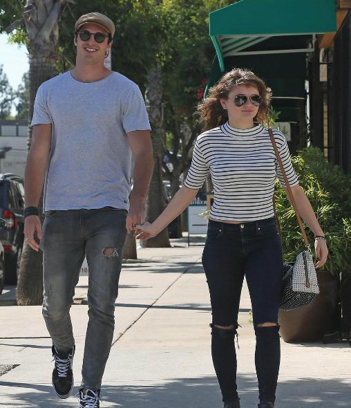18歲的好萊塢女星喬伊·金和男友逛街,最萌身高差 - 每日頭條