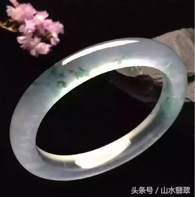 為什麼翡翠圓條手鐲比扁條手鐲貴?圓條手鐲比扁條的好嗎? - 每日頭條