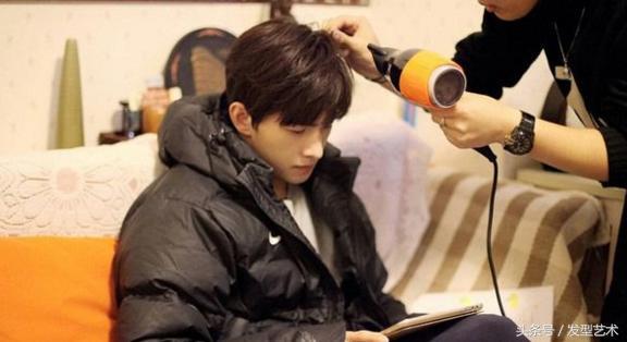男生怎麼剪一個好看的中分髮型 - 每日頭條