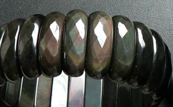可以帶來好運的黑曜石可不僅僅是黑色。有種還散發彩虹般的閃光呢 - 每日頭條