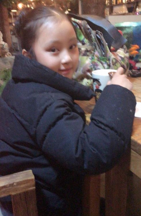 7歲張婉兒帶病拍戲一臉憔悴,這樣稱呼薛之謙被指責沒大沒小! - 每日頭條