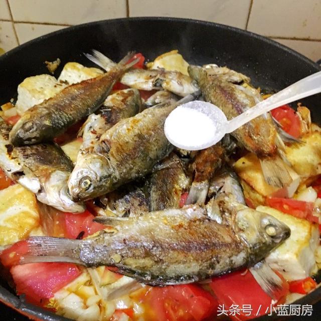 家鄉風味燜鯽魚。簡單卻熟悉的味道。看看是不是你們家鄉的味道 - 每日頭條