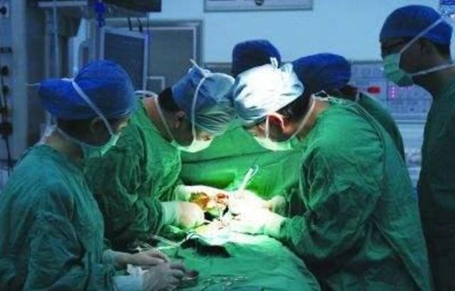 懷孕9次才能成功。不料剖腹產時。孕婦腹中一片金黃。醫生嚇壞了 - 每日頭條