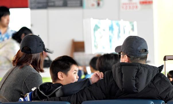 陳建斌夫妻帶兒子現身機場,蔣勤勤卻面露不快,看完才知道怎麼了 - 每日頭條