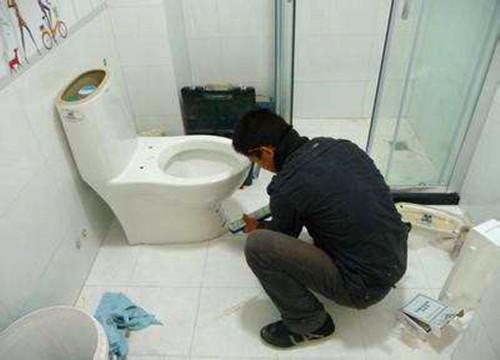 馬桶底部漏水的原因!馬桶漏水怎麼維修? - 每日頭條
