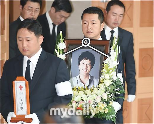 [MD PHOTO] 已故韓國藝人金成民出殯儀式首爾聖母醫院舉行 - 每日頭條