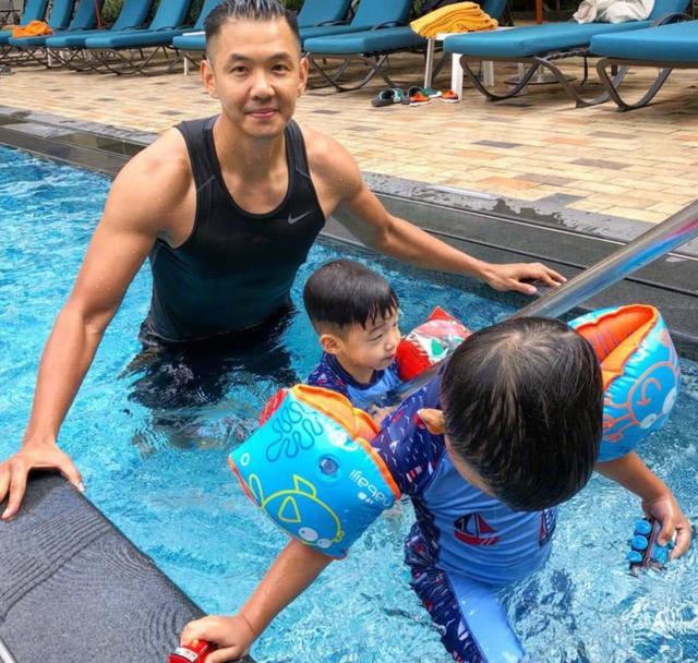 陳建州化身超級奶爸帶雙胞胎兒子游泳。兄弟倆越長大越不像了! - 每日頭條