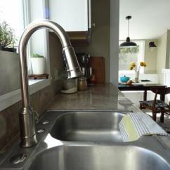 Kitchen Faucet Spout Handicap Accessible Kitchens 关于厨房水龙头的6个常见问题 每日头条