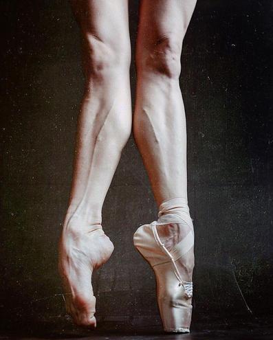 芭蕾舞者藏在舞鞋裡的腳:結滿老繭,嚴重變形 - 每日頭條