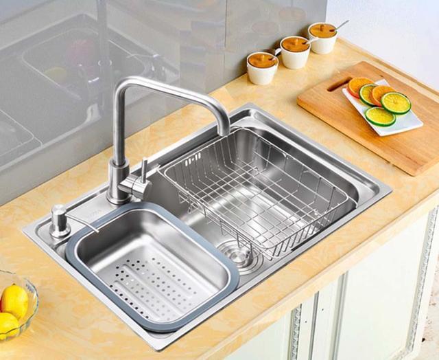 vintage kitchen sink faucets delta 老式的水槽过时了 厨房就该用304不锈钢水槽 省时省力易清洁 每日头条 水槽 被喻为厨房的心脏 而不锈钢材质的水槽因为具有易于清洁 面板薄且重量轻 耐腐蚀 耐高温 耐潮湿等优点 成为厨房水槽的首要选择