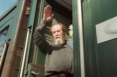他被譽為俄羅斯的良心,窮其一生批判專制帝國,進過監獄,拿過諾貝爾文學獎,普京授予他獎章,死於89歲 ...