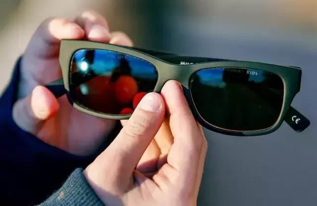 美國推出EnChroma眼鏡。竟然實現色盲患者看見色彩的願望 - 每日頭條