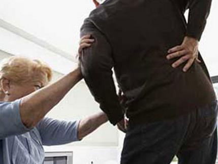 腰痛,腿麻真煩人,簡單有效防治腰間盤突出的方法 - 每日頭條