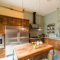 Kitchen Window Ideas Unique Countertops 看看别人家的厨房 你家那个只能叫灶台 每日头条 相比在室内的封闭厨房 这厨房设计与户外接壤 不至于感到压迫 明亮照眼的厨房风格 花岗岩台面和大理石地板配合落地白色橱窗 创造高雅的空间