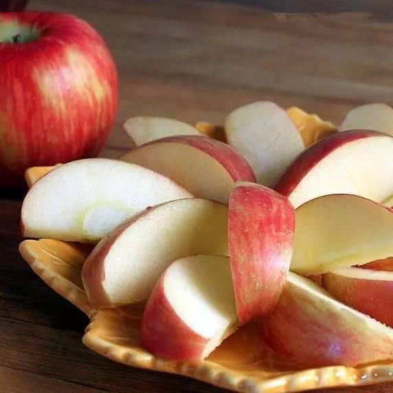 切好的蘋果很快變黑?兩個動作可保存1個星期! - 每日頭條