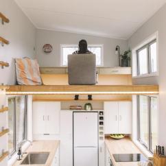 Tiny House Kitchens Kitchen Faucet Hose 17 精巧的小房子 厨房顶上居然是书房 神奇的客厅地板可以储物 每日头条 这个精巧的小房子节省了阁楼办公室和地下仓库的空间 位于新西兰的迷你屋公司build Tiny使用了聪明的存储解决方案 最大限度地扩大了这所183平方英尺的房子的空间
