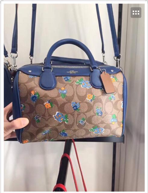 Coach 蔻馳2017新款包包 換設計師後美爆了 - 每日頭條