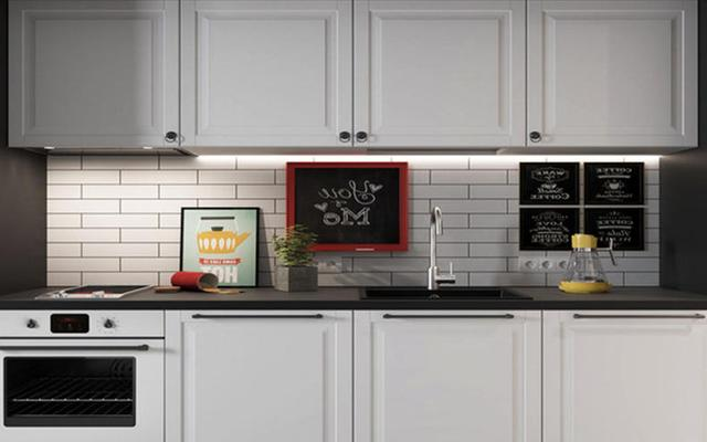 kitchen tile murals tables with storage 北欧厨房简约装修设计 给人小资格调 每日头条 第一种是最经典的北欧风格的厨房案例 看上去简约时尚 墙壁上采用了白色的复古瓷砖 与白色的橱柜和吊柜很好的结合在一起 显得非常清新时尚 另外在吊柜的下面还安装