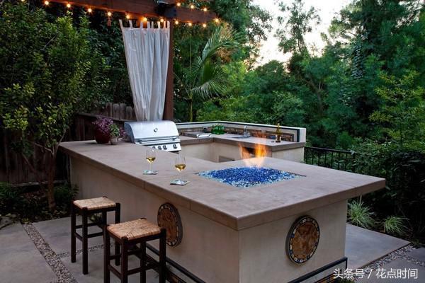 outdoor kitchen bar types of cabinets 有钱人的露天厨房bbq也能吃出高级土豪范儿 每日头条 这种户外吧台看起来很浪漫 但是要是遇到下雨就惨了吧